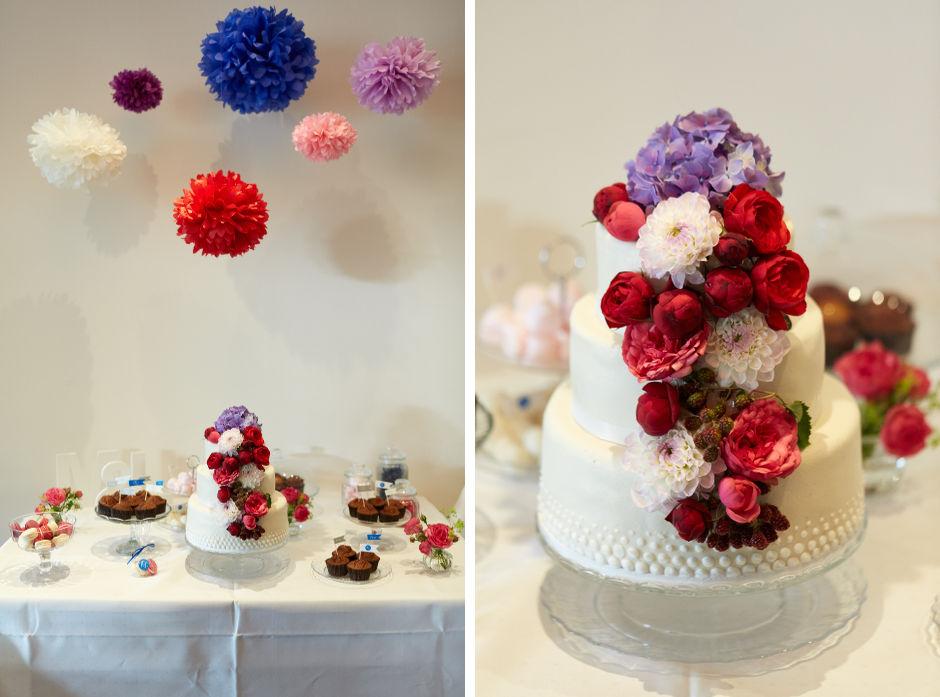 Blumen auf Hochzeitstorte