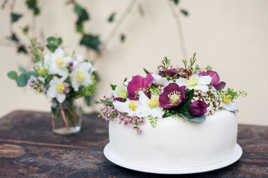 Blumengesteck Hochzeitstorte